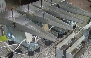 Linear vibratory feeder for seeds dosing