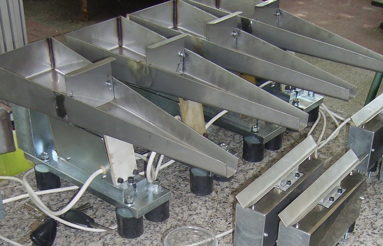 Linear vibratory feeders for seeds